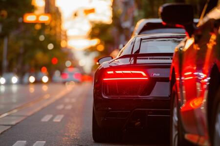 La DGT recuerda cómo calcular la distancia de seguridad adecuada con el coche que circula delante, y tiene truco