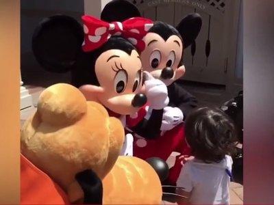 El precioso gesto de Mickey y Minnie al responderle a un niño sordo en lengua de signos