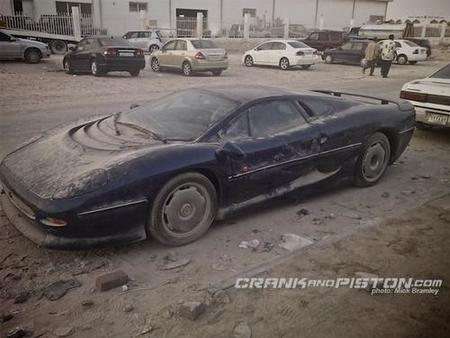 Jaguar XJ220 abandonado en Qatar
