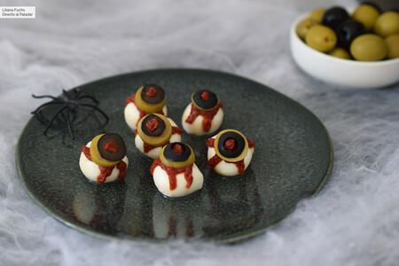 Ojos monstruosos de mozzarella y aceitunas: divertida receta de aperitivo para Halloween