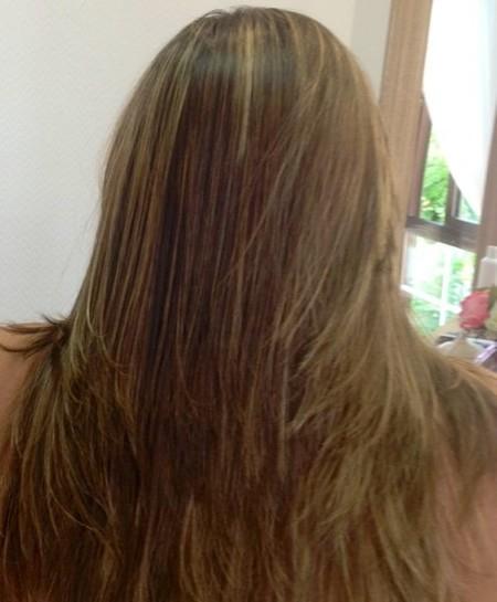 Se rasca la cabeza caen los cabellos las manchas rojas