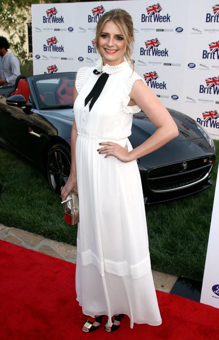 Mischa Barton con un vestido largo blanco y lazada negra al cuello en A salute to old Hollywood en California, Abril 2013