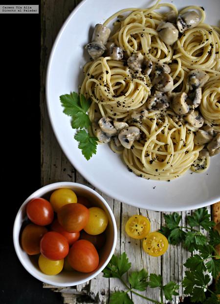 Espagueti con salsa cremosa de champiñón y ajo. Receta fácil, rápida y económica