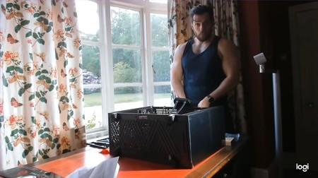¿Y si nos vemos este vídeo de Henry Cavill, el actor que da vida a Geralt de Rivia en Netflix, montándose un PC para jugar?