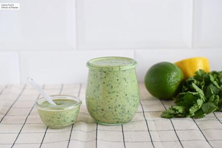 Receta de salsa diosa verde, un cremoso aliño para hacer ensaladas irresistibles (y mucho más)
