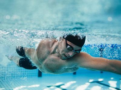 Tres rutinas HIIT para quemar grasas en la piscina