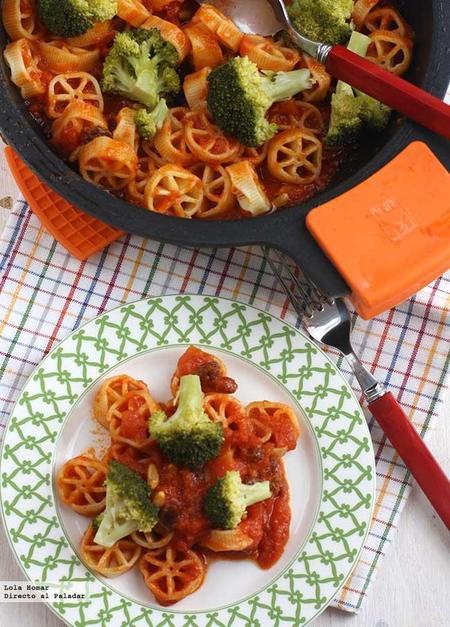 Ruedas con brócoli en cazuela. Receta de pasta