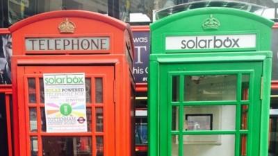 Solarbox recicla las cabinas telefónicas como estaciones de recarga para el móvil