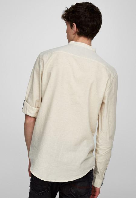 Camisa en color crudo, de Pull&Bear