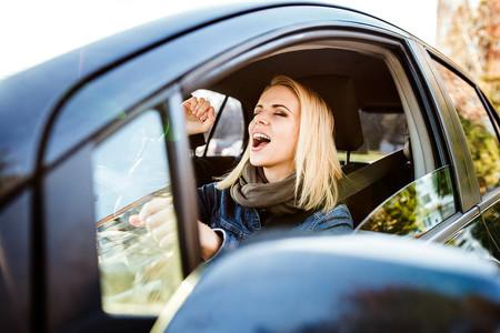 ¿Por qué no está permitido poner música en el examen práctico de conducir?