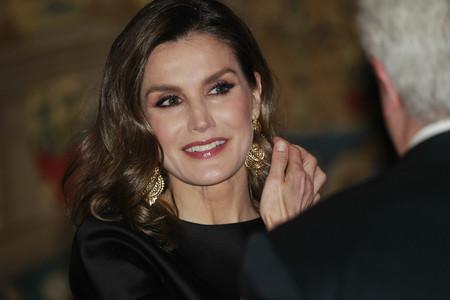 Doña Letizia repite modelito de Carolina Herrera y sabemos de donde son sus pendientes de estreno