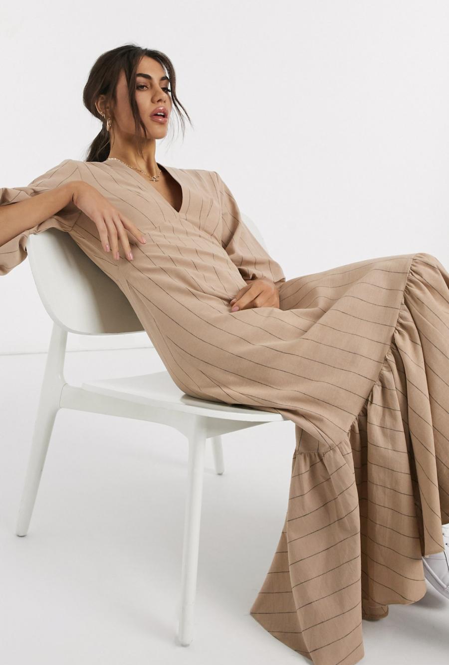 Vestido midi casual escotado de rayas con mangas abullonadas y sobrefalda en el bajo premium de ASOS DESIGN