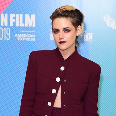 Burdeos, con botones joya y pantalón palazzo, así es el traje de chaqueta que ha lucido Kristen Stewart y que queremos en low cost