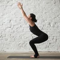 Utkatasana o postura de la silla en Yoga: sus beneficios y cómo hacerla de forma correcta