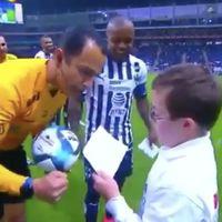 El precioso gesto de un árbitro de fútbol apoyando a un niño con síndrome de Down que te emocionará