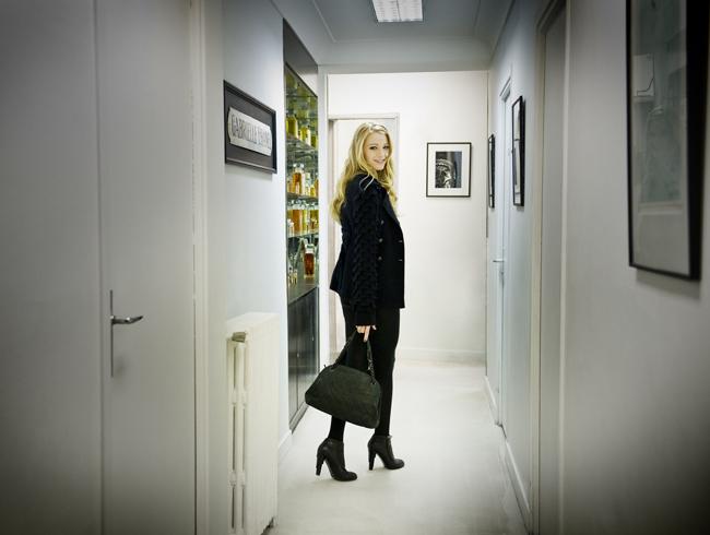 Foto de Nuevas imágenes y tomas extra de Blake Lively para la campaña de bolsos de Chanel Mademoiselle (1/6)