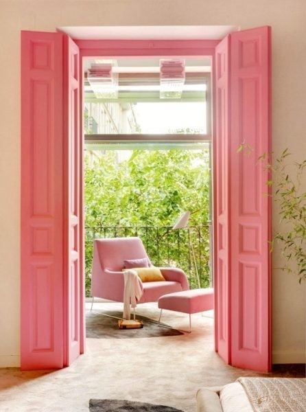 Viendo la casa a través de un cristal color rosa