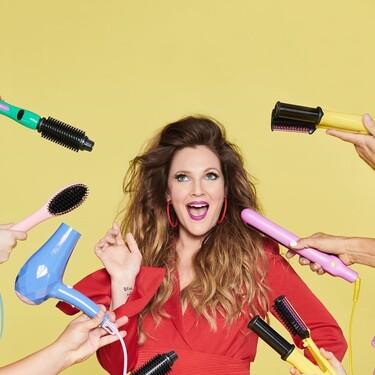Tras el éxito de su marca de maquillaje, Drew Barrymore sorprende lanzando sus nuevas herramientas de peinado  con una estética de lo más setentera