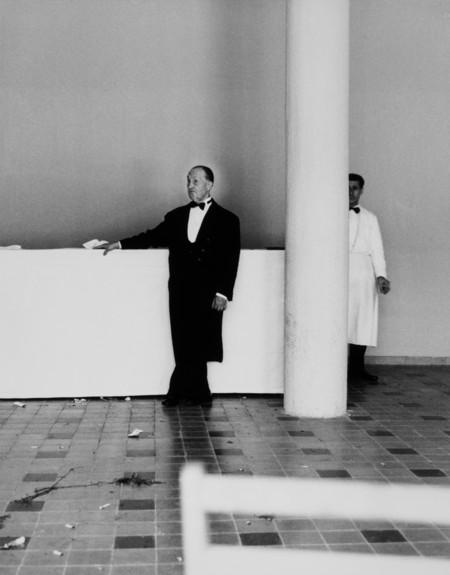 Camarero en la boda de Penella, 1966. Familia Cualladó