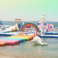 Sí, existe un parque acuático hinchable de unicornios y quizá pronto esté en tu playa favorita