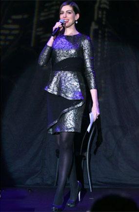 Los looks de Anne Hathaway y Demi Moore en una gala de recaudación