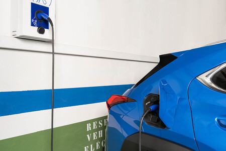 Todo lo que hay que saber antes de comprar un cargador para coche eléctrico: tipos de enchufes, potencias, protección IP/IK...