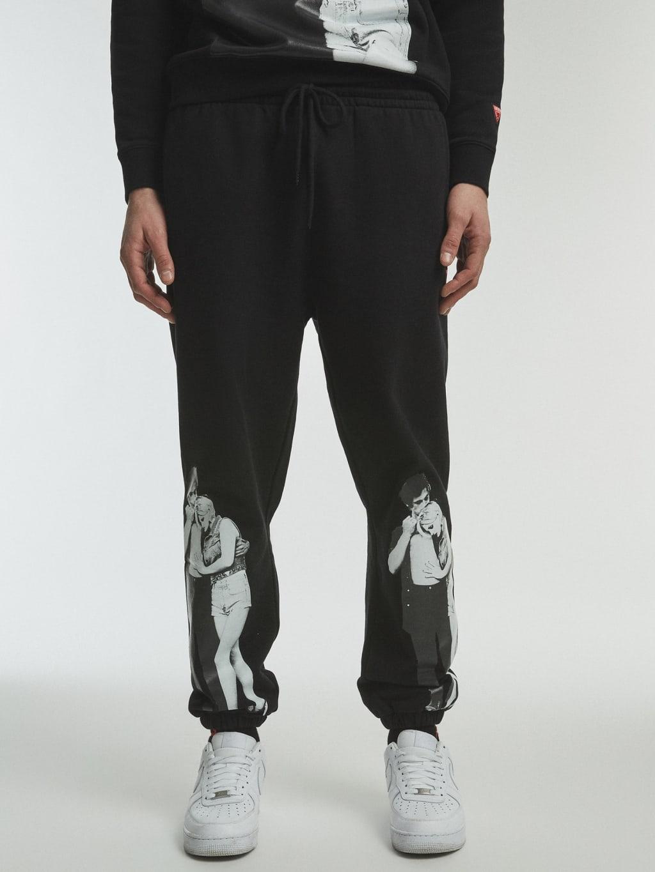 Pantalón negro con estampado localizado