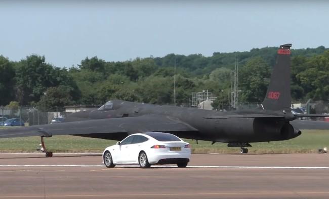 ¿Qué coche usar para perseguir aviones espía? ¡Un Tesla Model S!