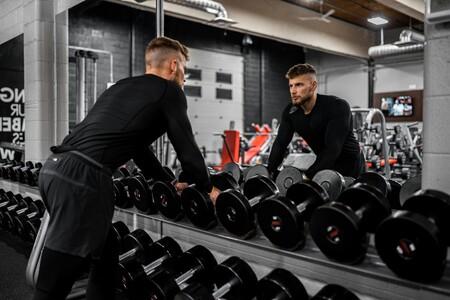 Si soy principiante entrenando fuerza, ¿perfecciono la técnica o me centro en las repeticiones?