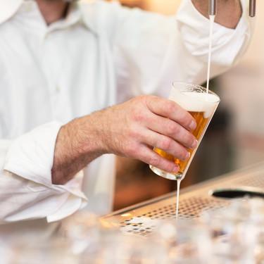 Mahou y Heineken donarán millones de litros de cerveza a los bares, que suponen más de la mitad de su negocio