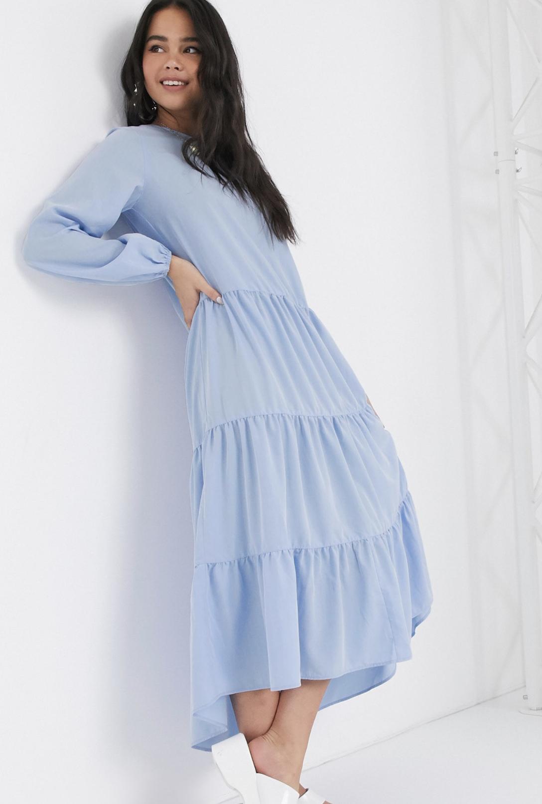 Vestido midi de manga larga con diseño escalonado en azul claro de Monki