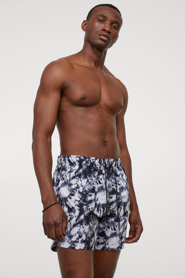 Bañador estampado con cintura elástica, cordón de ajuste y bolsillo insertado con cierre autoadherente oculto detrás. Pantaloncillo interior de malla suave.