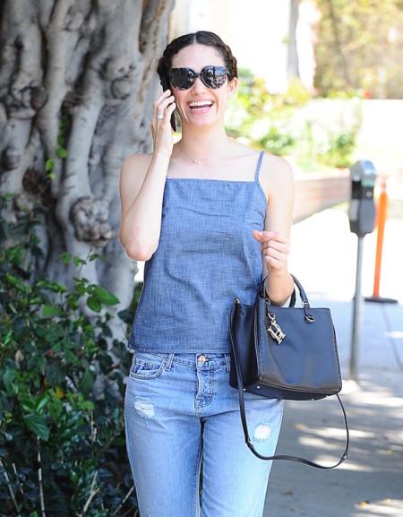 Emmy Rossum disfruta del verano con un total look denim
