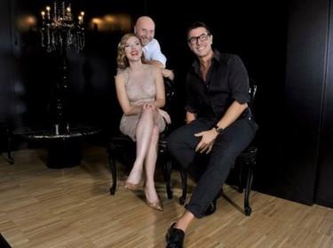 Scarlett Johansson reaparece tras el 'hackeo' con sus amigos los Dolce & Gabbana