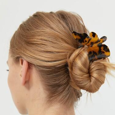 En coletas, moños, trenzas... Así nos propone Stradivarius lucir sus nuevas pinzas de pelo en nuestros peinados