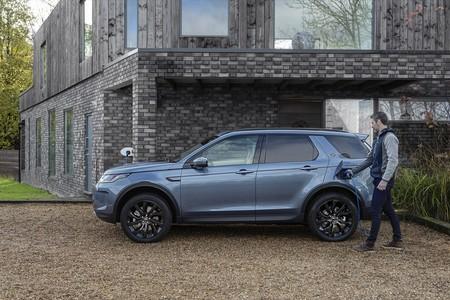 Land Rover Discovery Sport P300e PHEV, el SUV híbrido enchufable con autonomía eléctrica de 62 km, desde 50.510 euros