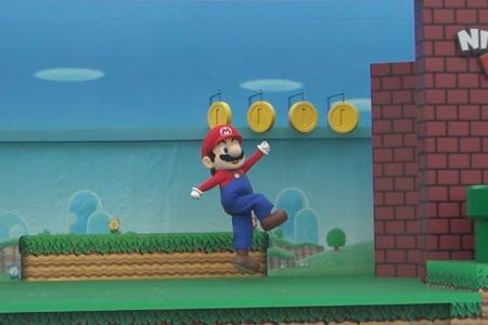 Nintendo recrea un nivel de Super Mario en directo para promocionar sus parques de atracciones (y casi sale perfecto)