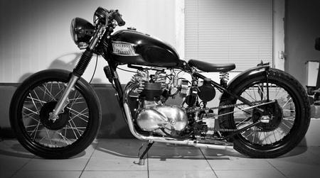 Triumph T100 Bobber, o cómo no hace falta un garaje para dejar bonita tu moto