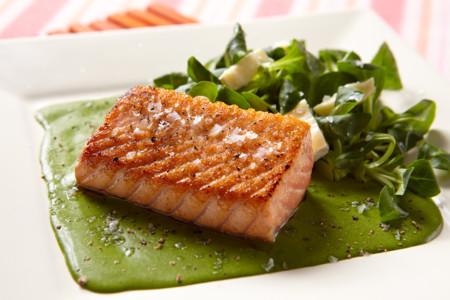 Lomo de salmón sobre crema de espinacas. Receta