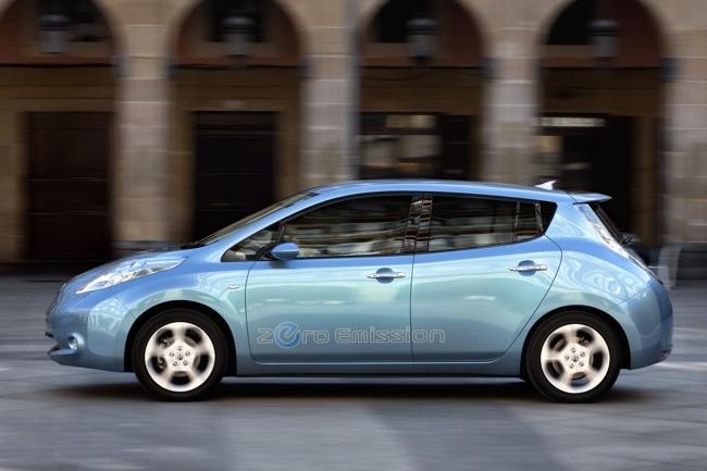 Nissan LEAF azul de perfil