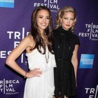 Dos guapas en blanco y negro: Jessica Alba y Kate Hudson de estreno en Tribeca