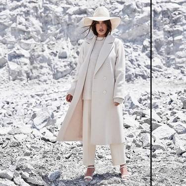 Consigue un look sofisticado con un nuevo abrigo blanco largo esta temporada (y muchos están de rebajas)