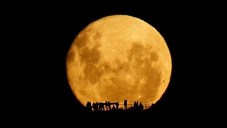 Érase una vez ... siluetas frente a la luna