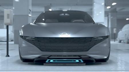 Un mundo donde los coches autónomos se dirijan solos a un punto de carga y se aparquen por sí mismos: así lo imagina Hyundai