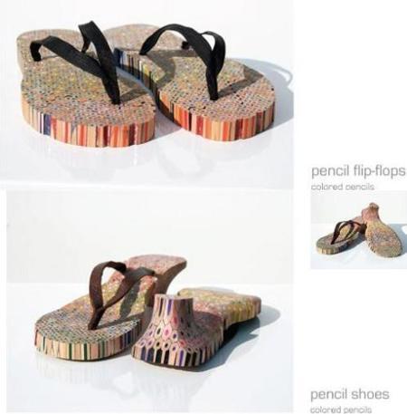 Sandalias hechas con lápices de colores