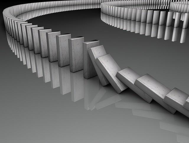 Fichas de dominó cayendo en blanco y negro.
