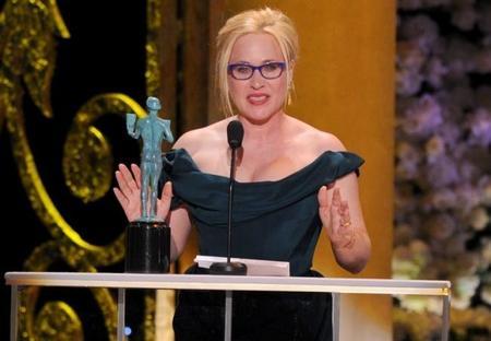Patricia Arquette con el premio del sindicato de actores