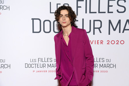 Timothée Chalamet no le teme al rosa y lo demuestra con su reciente look de alfombra roja