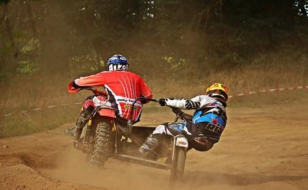 Derrapes, saltos y accidentes a dúo sobre una moto: así de espectacular es el Sidecarcross