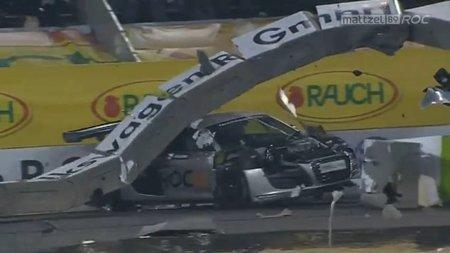 Heikki Kovalainen se estrella en la Carrera de Campeones